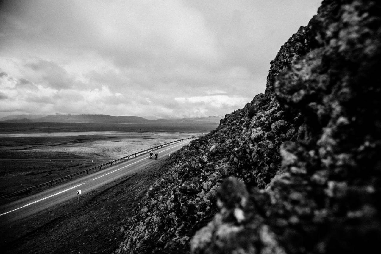 INN I KLIPPENE: Island er enten flatt og goldt eller spisst og kupert. På vei mot Thingvallavatn møter du intense fjellsider, enorme hauger av vulkansk aske og lava.