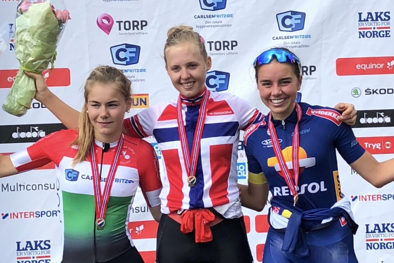 Silje Mathisen (midten) har tatt tre gull av tre mulige i sitt første NM. Her med Martine Gjøs (til venstre) og Amalie Lutro på temporittet torsdag. Foto: Bjørn A. Olsen