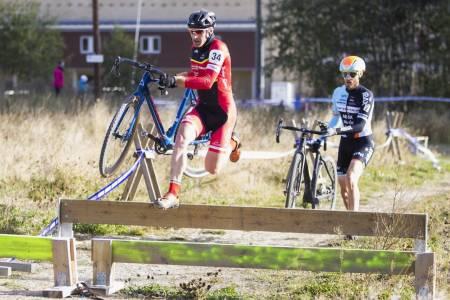HOPLA: Sliter du med å hoppe hinder? På søndag kan du øve i Spikkestad. Foto: Pål Westgaard.