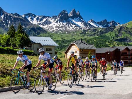 UNDER KATTEHODET: På Col du Mollard har man utsikt til Tête de Chat, her nærmest av de tre Aiguilles d'Arves-fjellene