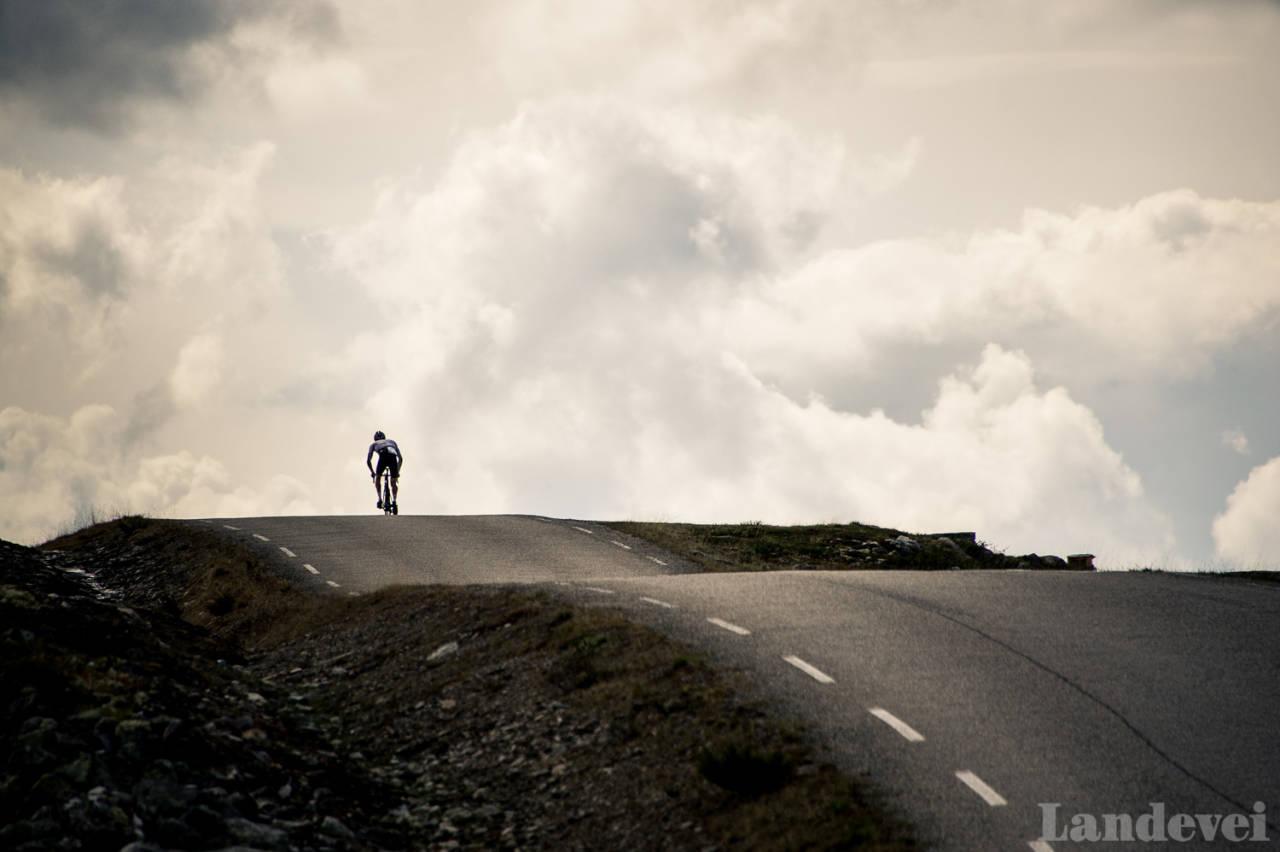 OPP OG NED: Kjetil Haaland på toppen av en kilometerlang krusning mellom Atna og Ringebu, på den sydlige enden av Venabygdsfjellet.