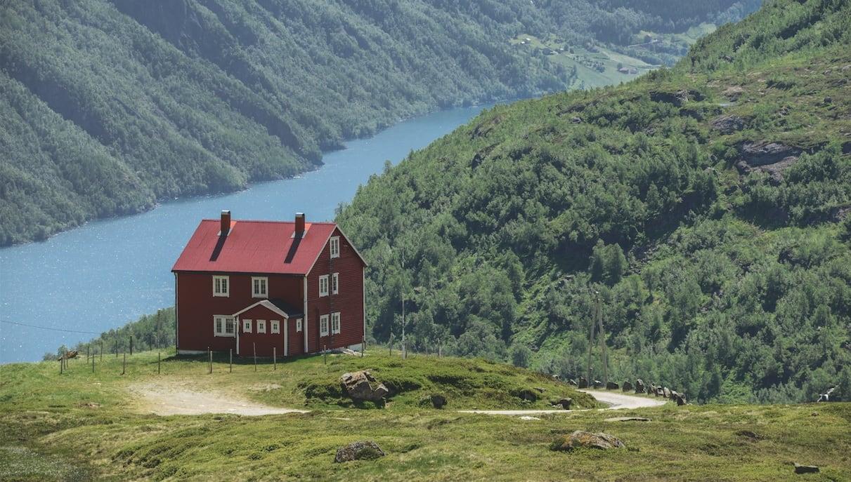 NORGE MITT NORGE: Utforkjøringen ned fra Røldalsfjellet er en stilstudie i nasjonalromantikk.