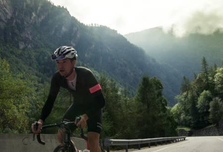 ENDELØS: Fra dalbunnen i Aosta er det fire mil til rytterne er på toppen av Cervinia.