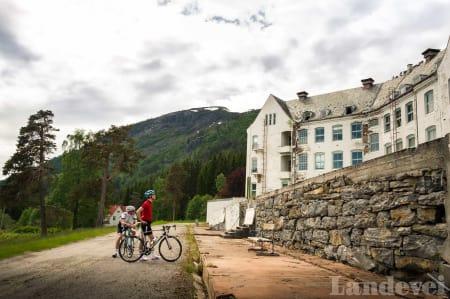 SKUMMELT: Peter og Kjetil er både små og redde ved siden av Harastølen. Klatringen opp er like morsom som bygget.