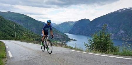 KLATRINGEN FRA AURLAND: Alex Rivera klatrer til Aurlandsfjellet, med Nærøyfjorden og Flåm i bakgrunnen. Foto: Jonas Orset.