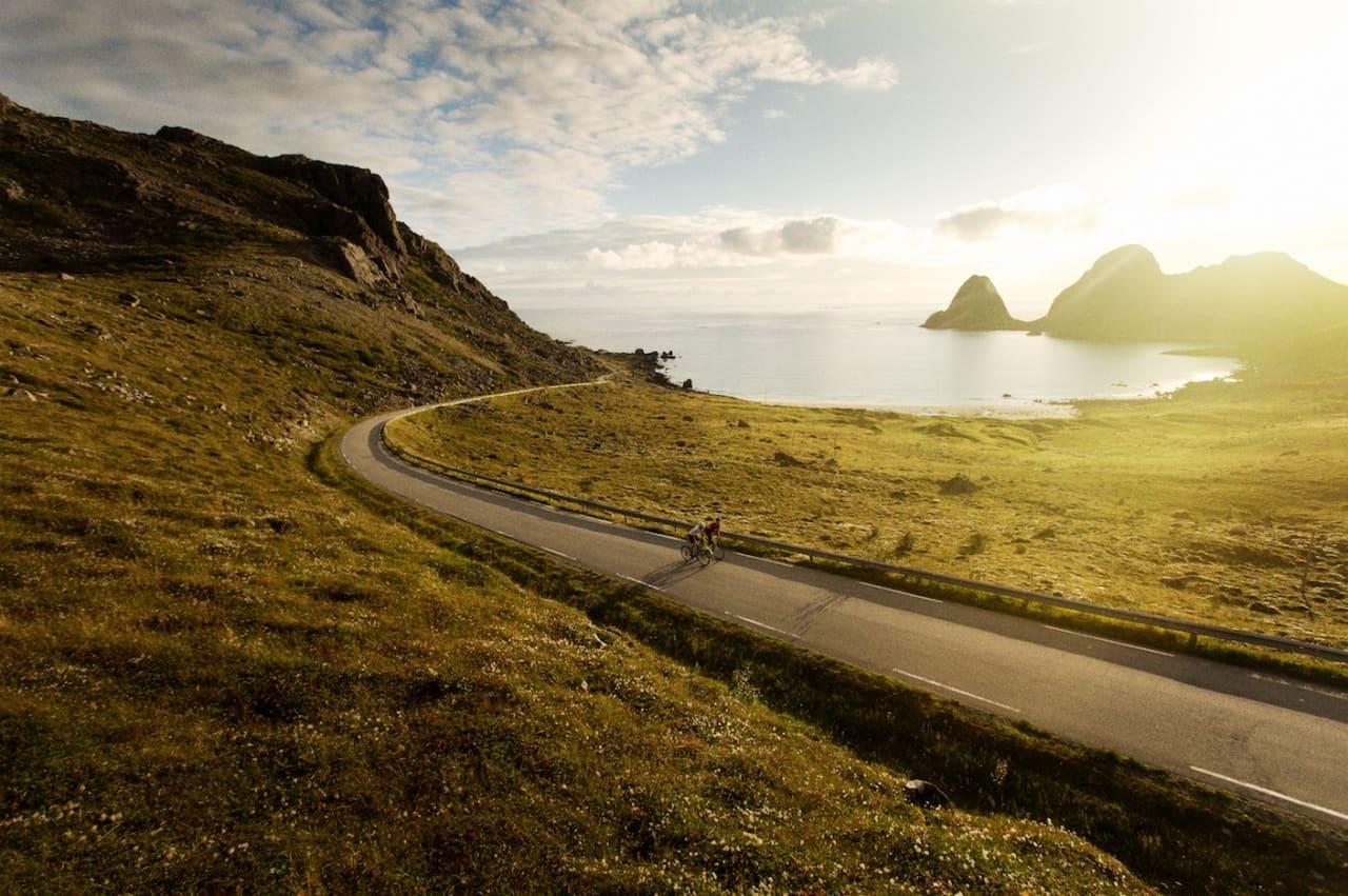 INGEN ANDRE NORDPÅ: I Vesterålen har du fjell og veier som dette, helt alene. Med unntak av solnedgangen, da selvsagt.