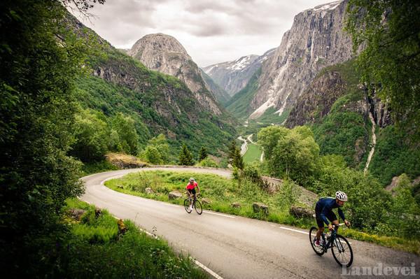 PÅ TOPPEN: Fra den siste serpentinsvingen har du god utsikt over Nærøydalen.