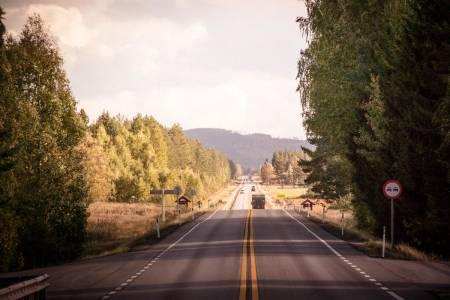 STARTRAMPE: Herfra og syv kilometer videre går det rett frem. I gamle dager gikk strekket ni kilometer rett frem. Foto: Henrik Alpers