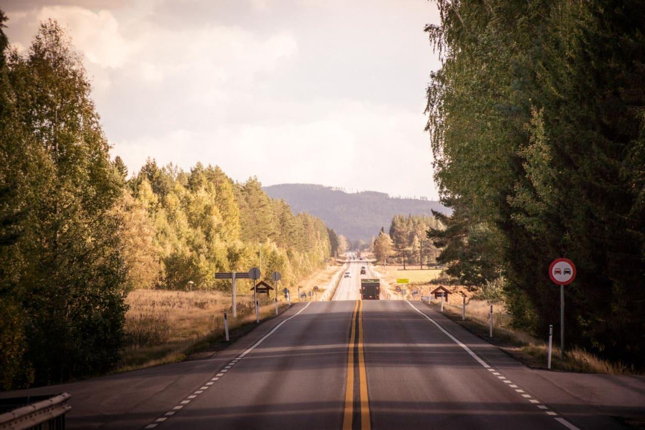 STARTRAMPE: Herfra og syv kilometer videre går det rett frem. I gamle dager gikk det ni kilometer rett frem.