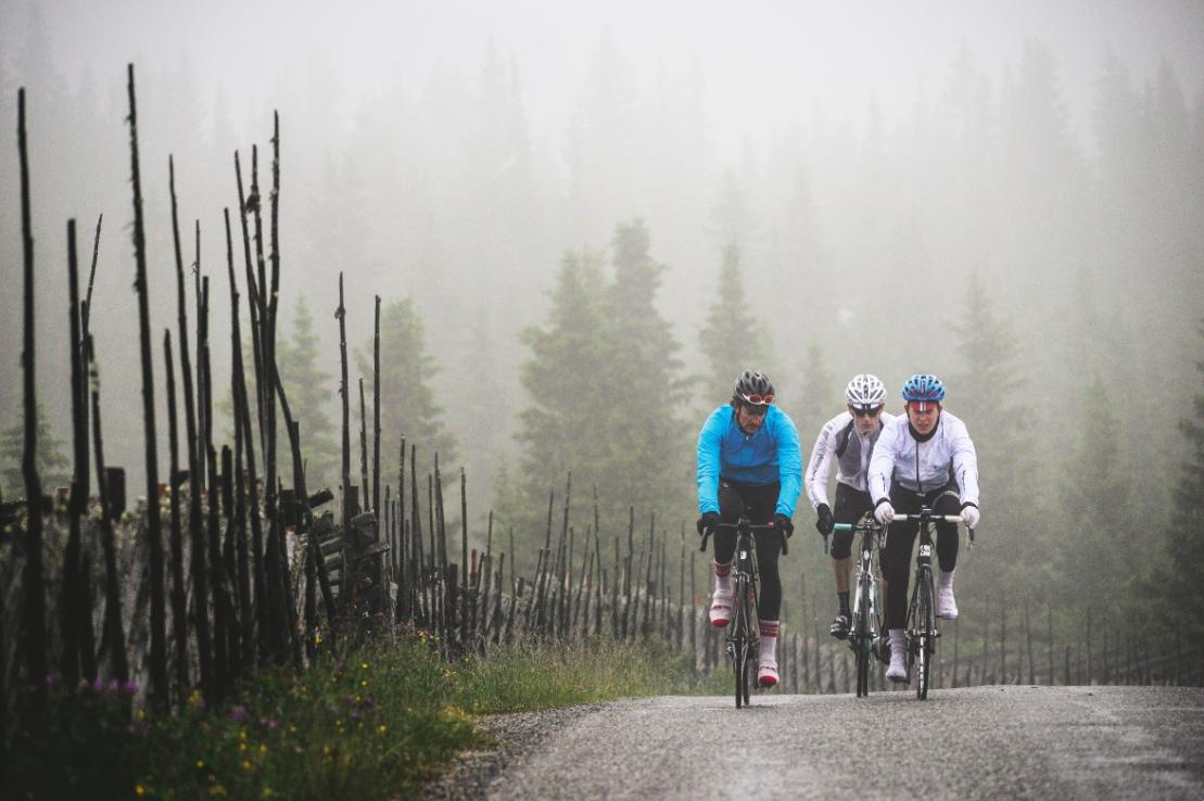 GUFFENT: Den siste grusmila til Spåtind hotell ble unnagjort i karakterbyggende vær, fem grader og regn.