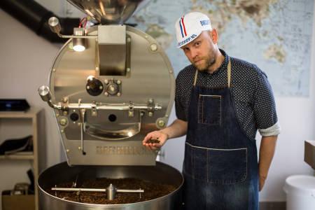 KAFFE TIL SYKKELFOLKET: Barista Magnus Lindskog i Supreme Roastworks sørger for at sykkelmiljøet i Oslo får seg sin daglige dose kaffe. Bilde: Christian Nerdrum
