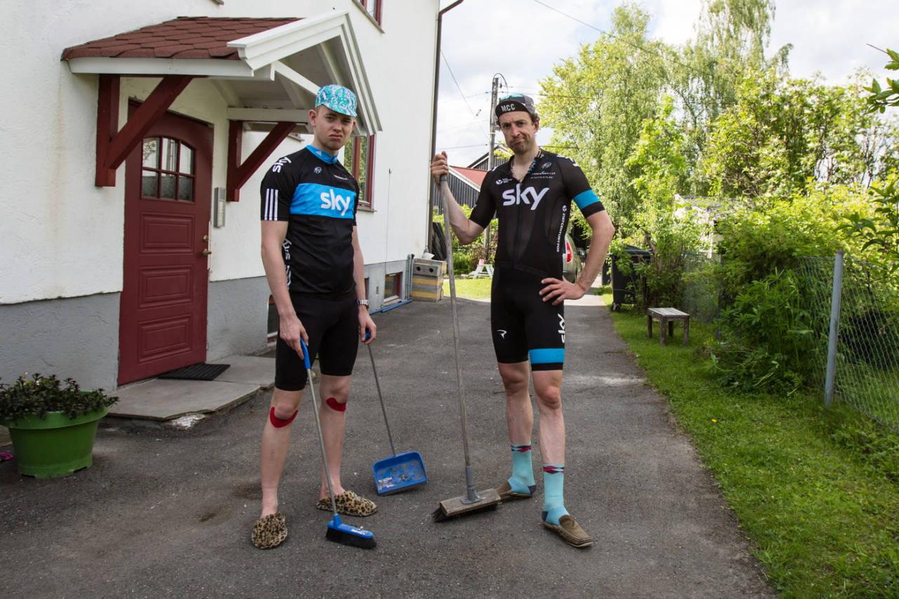 FEIEHJELP: Ingen ryttere i Tour de France vil ha noe som helst med feiing å gjøre. Foto: Christian Nerdrum.