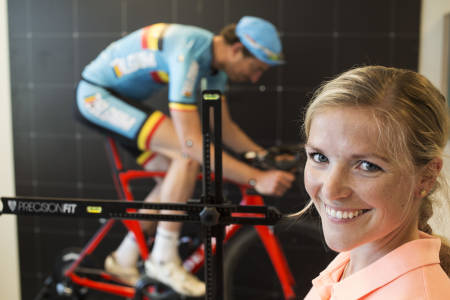 PETIMETER: Heidi Rosasen Sandstø måler alle relevant vinkler i forbindelse med den svært nøysommelige prosessen det er å tilpasse en sykkel. Bilde: Christian Nerdrum