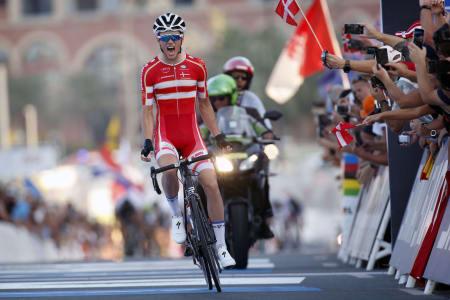 VM-GULL: Jacob Engholm fra Danmark kjørte alene over målstreken og vant med 7 sekunders margin. Sedrik Ullebø ble beste norske på 9.plass. Foto: Cor Vos