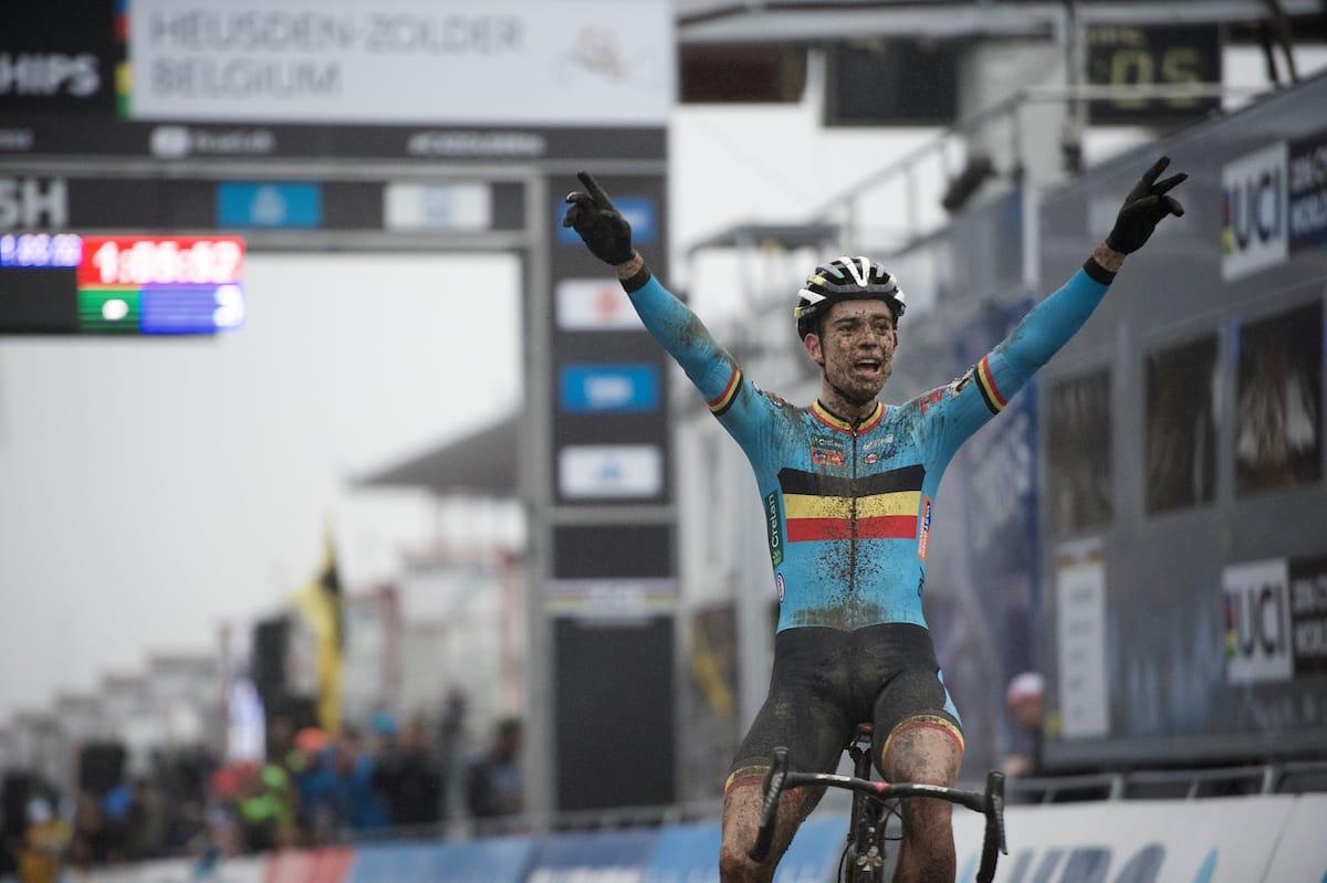 TO PÅ RAD: Wout van Aert lot seg ikke stoppe av kneproblemer, og tok sitt andre VM-gull i sykkelkross. Foto: Kristoff Ramon.