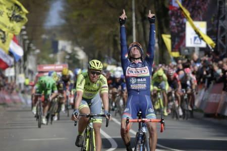 TYDELIG FEIRING: Det var ingen tvil om hvem Enrico Gasparotto dediserte dagens seier til. Foto: Cor Vos.