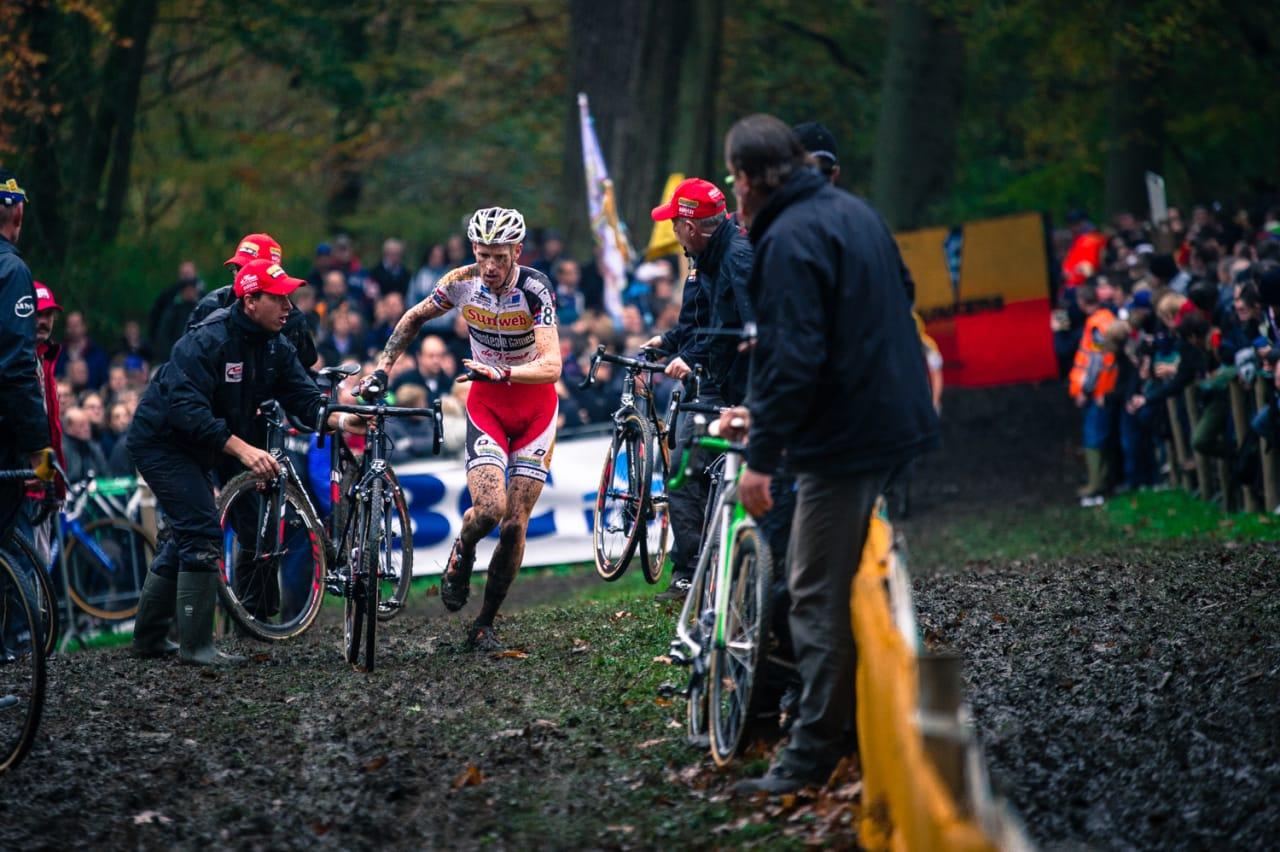 KATTEVASK: Klaas Vantournout bytter sykkel før siste halvannen runde av Superprestige Gavere.