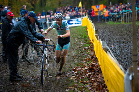 SKIFTE: Proffene byttet sykler så ofte de kunne. Her et bytte fra U23-klassen.