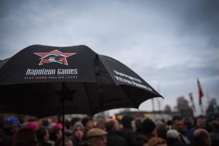 WHOPA! Når regndråpene kommer går paraplyene opp. Kevin Pauwels er rytteren med flest fanparaplyer i løypa.