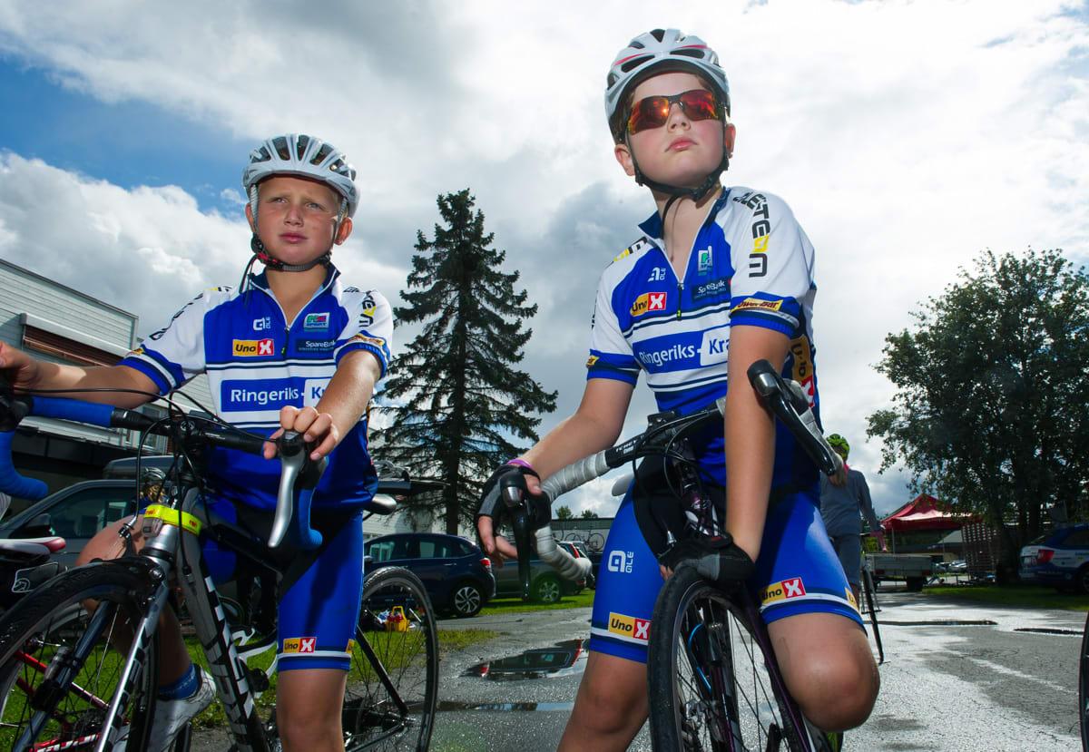I HELSPENN: To lokale gutter fra Ringerike Sykkelklubb er klare for gateritt i klassen M/K10 på Helgelandsmoen.