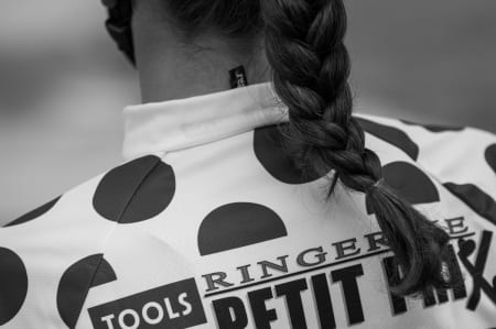 KLATRESJEF: En jente i K13/14 bærer prikketrøyen.