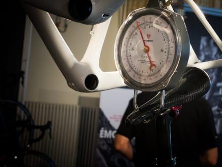 BEVISET: På en litt ufølsom vekt tippet sykkelen i størrelse 56 mellom 4690 og 4790 gram.