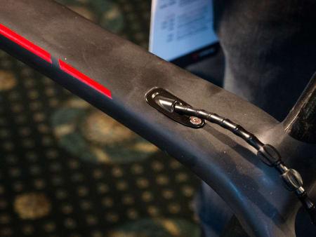 ELEGANT: Både bremse-og girstrømpes ledes inn og ut av rammen med disse aluminiumsholderne.