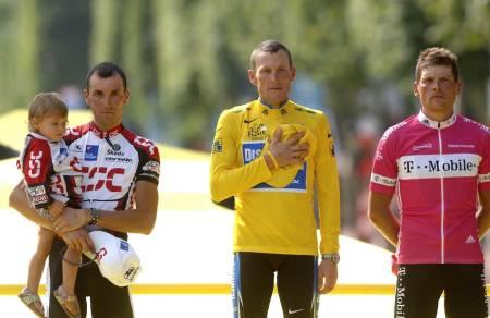 Lance Armtsrong på podiet i Tour de France