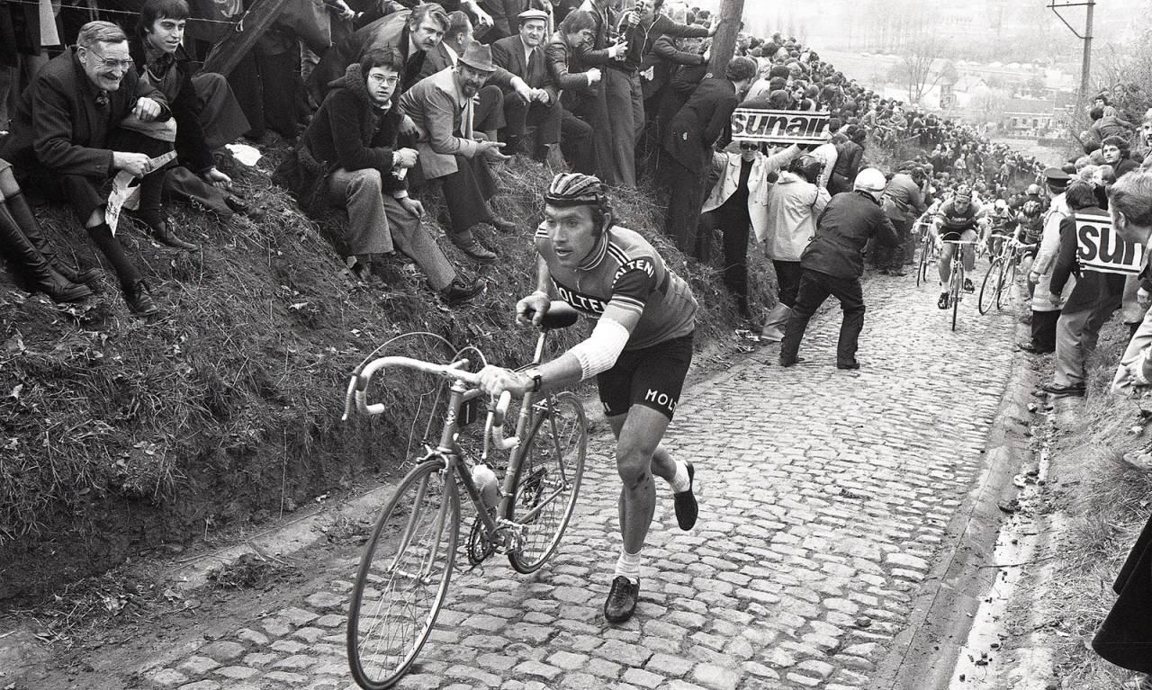 Eddy Merckx løper opp Koppenberg i Flandern