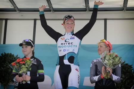 Kirsten Wild er en seiersvant kvinne. Dette er tredje året på rad hun strekker armene i været under Ronde van Gelderland. Foto: Cor Vos