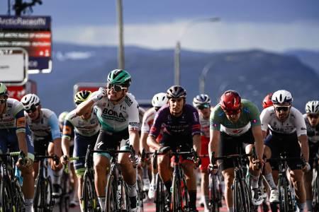 OPP-OG NEDTUR: Alexander Kristoff tapte etappen, men kjørte seg inn den gule ledertrøya for en dag. Foto: ASO.