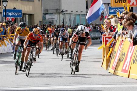 INTENST: Oppgjør om seieren på siste etappe av Ladies Tour of Norway i Halden. Foto: Ladies Tour of Norway