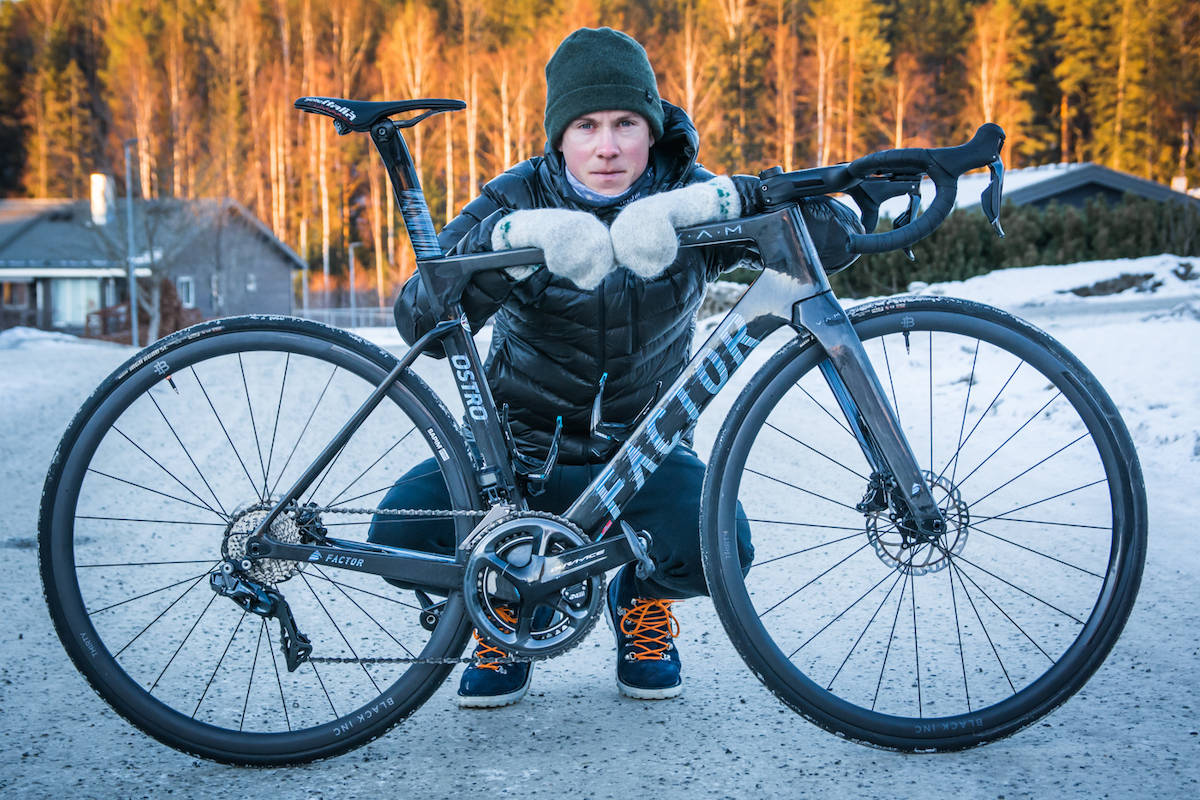 NY SYKKEL: Carl Fredrik Hagen skal i år sykle på Factor sin nye aerosykkel Ostro VAM. Foto: Marcus Liebold.