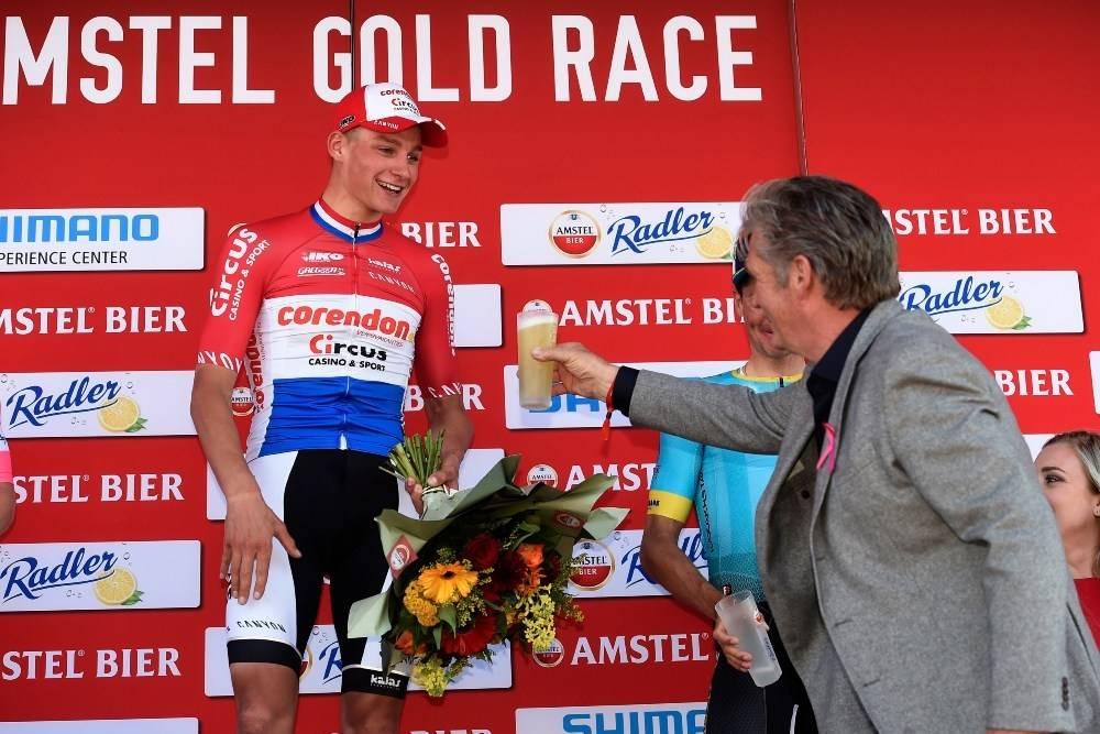 MATHIEU VAN DER POEL: Nederlenderen vant i 2019, og mottar her et glass med ølet Amstel på podiet etter triumfen. Han sykler imidlertid ikke i 2021. Foto: Cor Vos