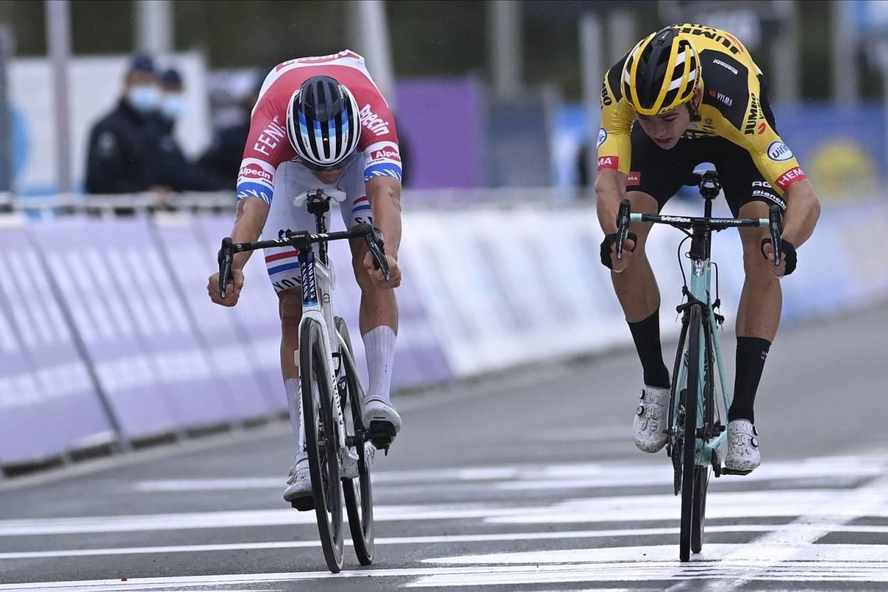 JEVNE DUELLANTER: Mathieu van der Poel (til venstre) og Wout van Aert var svært jevne i spurten, men den nederlandske mesteren trakk altså det lengste strået. Foto: Cor Vos.
