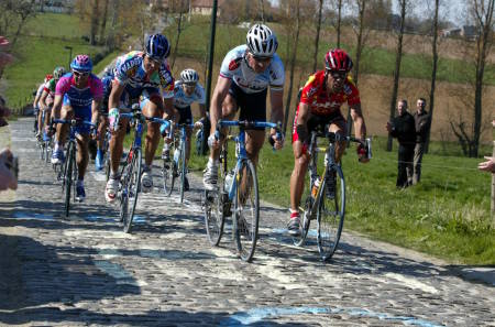 Johan Museeuw på vei over ett av de klassiske brosteinspartiene i Flandern Rundt. I år kan det være din tur til å feie over Belgias berømte sykkelterreng. Foto: Cor Vos