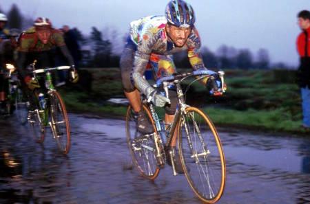 Brosteinsklassikerne kan være sleipe saker. Bare en håndfull ryttere har vunnet Flandern Rundt tre ganger. Johan Museeuw er en av dem. Foto: Cor Vos