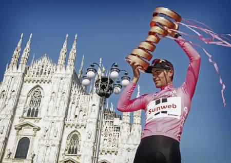 HVEM BLIR DEN NESTE?: Tom Dumoulin feirer Giro d'Italia triumfen med å løfte «Trofeo Senza Fine» Pokalen uten slutt, foran domen i Milano - etter sin sammenlagtseier i 2017. Også i år avsluttes Giro d'Italia her, men Dumoulin er ikke på startstreken. Foto: Cor Vos.
