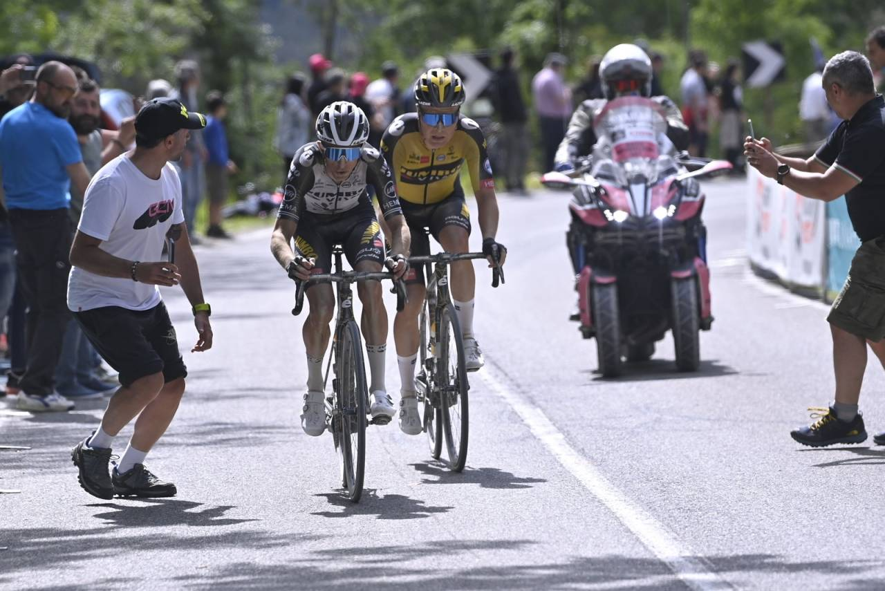ANGREP OG KJØRTE MED DE BESTE: Tobias Foss leverte en strålende prestasjon på den 11. etappen i Giro d'Italia. Foto: Giro d'Italia