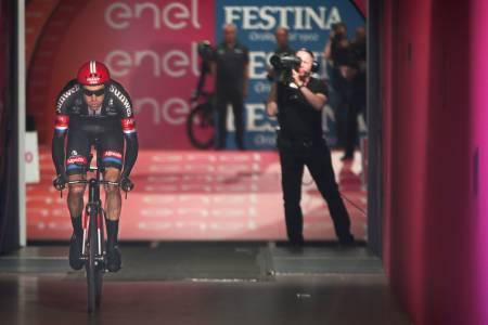 DEN FLYVENDE HOLLENDER: Tom Dumoulin fløy inn til seier på Giroens første etappe. Foto: Cor Vos.