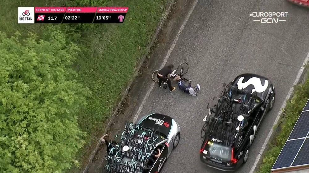 KJØRT NED: Deceuninck - Quick-Step-rytter Pieter Serry ble kjørt ned bakfra på den sjette etappen av Giro d'Italia. Foto: Skjermdump Discovery+/Eurosport