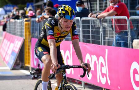 KLATRET STERKT: Tobias Foss fortsetter å levere stabile prestasjoner i Giro d'Italia. Foto: Cor Vos