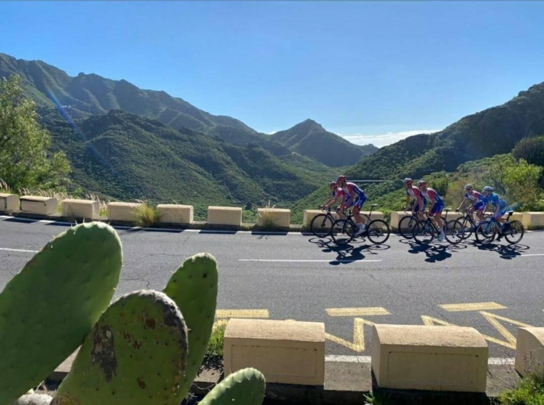 LANG TUR I HØYDEN: Katrine Aalerud slo følge med FDJ sine klatrere på Teide. Foto: Skjermdump Instagram/Bruno Armirail