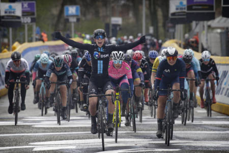 ENDELIG SEIER: Lorena Wiebes kunne endelig juble for seier denne sesongen, mens Emilie Moberg leverte sesongens beste resultat. Foto: Cor Vos