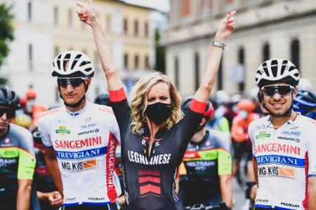 ITALIA 2020: Reklame-og podiepiker er fortsatt en del av et sykkelritt. På podiet hadde for ordens skyld både menn og kvinner munnbind. Foto: Cor Vos.
