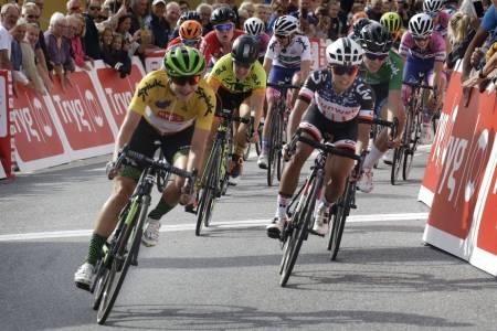 VINNER: Marianne Vos (i gult) vant sin tredje strake etappeseier i Ladies Tour of Norway og tok sammenlagtseieren for andre år på rad. Foto: Cor Vos