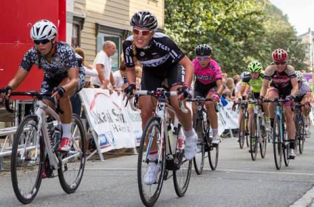 ACTION: Det mangler ikke på innsats hos damene, og årets utgave av Ladies Tour of Norway blir enda heftigere enn de to første. Foto: Eventfotografene
