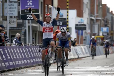 RASK OG SMART: Mads Pedersen brukte både taktisk kløkt og sin gode spurt til å triumfere i Gent-Wevelgem. Foto: Cor Vos.