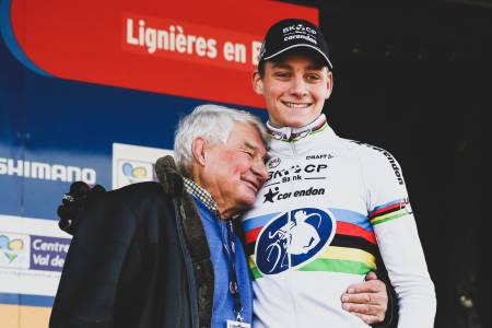 STERKT ØYEBLIKK: Mathieu van der Poel hadde et nært forhold til bestefaren, legenden Raymond Poulidor. Foto: Cor Vos.