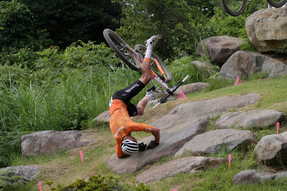 DUNDRET I BAKKEN: På et stort dropp i den krevende OL-løypen stupte Mathieu van der Poel over styret og i bakken. Foto: Cor Vos